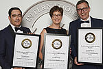Strahlende Gewinner bei der International Wine Challenge in London: Martina Reiss (2. v. l.) und Christian Reiss (3. v. l.). Sie erhielten für ihre Riesling Beerenauslese vier Trophys. Foto: IWC Rob Lawson